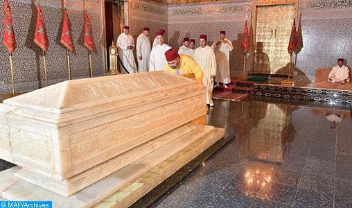 Le Souverain se recueille sur la tombe de feu le Roi Mohammed V