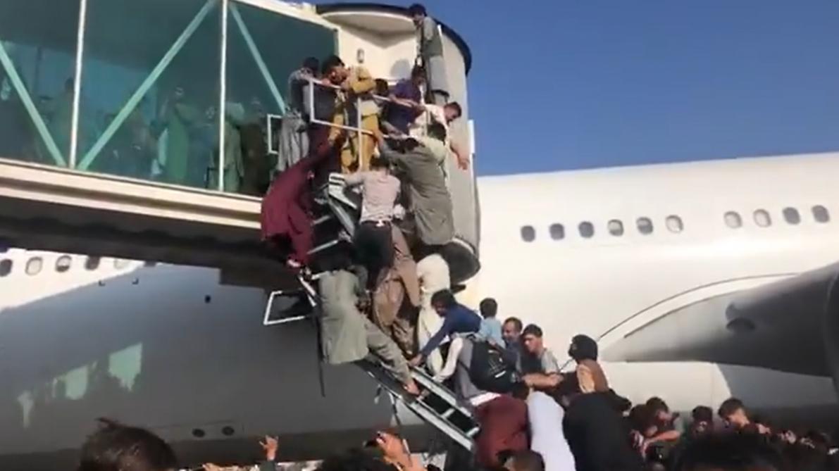 Afghanistan: le point sur la situation à l'aéroport de Kaboul, symbole de la victoire des Talibans